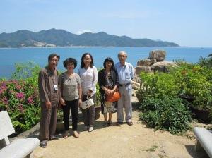 Dạ Thủy cùng bạn thơ Hà Nội bên Hòn Chồng